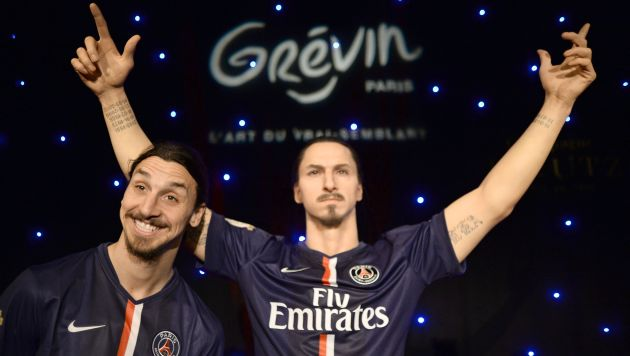 Zlatan Ibrahimovic posando junto a su figura de cera.  (AFP)