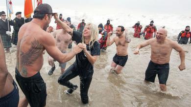 Lady Gaga se 'congeló' en las aguas de Chicago por una buena causa