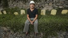Wilber Flores conoce cada nombre y ubicación de las lápidas de los animales. (César Fajardo)