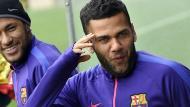 Dani Alves afirmó que está feliz en el Barcelona. (AFP)