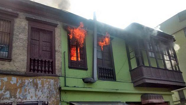 Incendio afecta a casona en el Centro de Lima. (@kikesitov67 en Twitter)