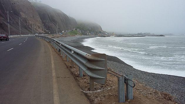 La valla metálica obliga a los peatones, bañistas y deportistas a utilizar la pista para caminar. (César Takeuchi)