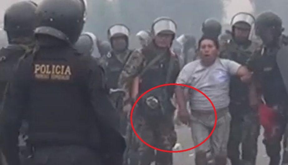 Tía María: El video muestra al detenido, con las manos libres, siendo llevado por dos policías. (Video Arequipa Noticias)