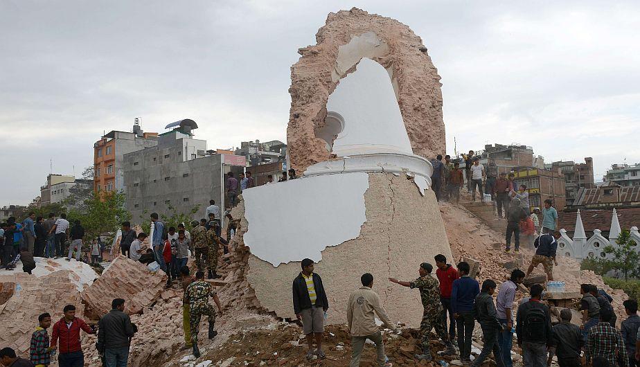 Nepal: Más de 1,100 muertos por terremoto de magnitud 7.9