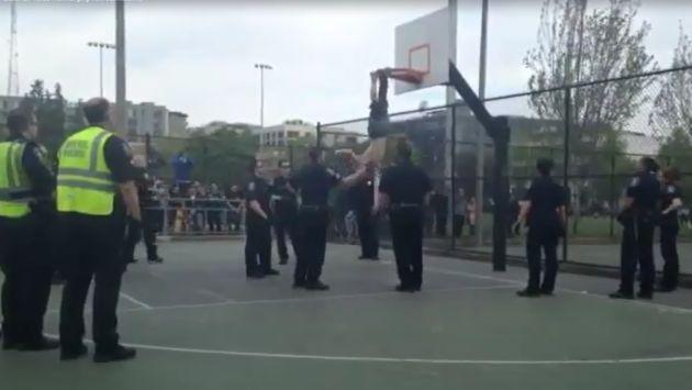 EEUU: Hombre quedó atrapado de un pie boca abajo en aro de básquetbol