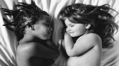 Facebook: Madre captura en fotos la conexión entre su hija adoptada y biológica
