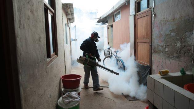 DURA BATALLA. Brigadas de salud fumigan casas en Piura. (Perú21)