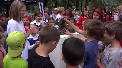 Serbia: Construyen monumento a perro que murió por defender a niña [Fotos y video]