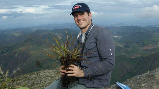 El investigador brasileño Paulo Gonella muestra la planta carnívora tras visitar las montañas de Minas Gerais (Foto: Carlos Rohrbacher)