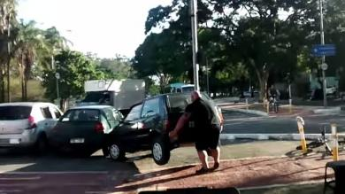 YouTube: Ciclista fortachón apartó con sus manos un auto que obstruía ciclovía