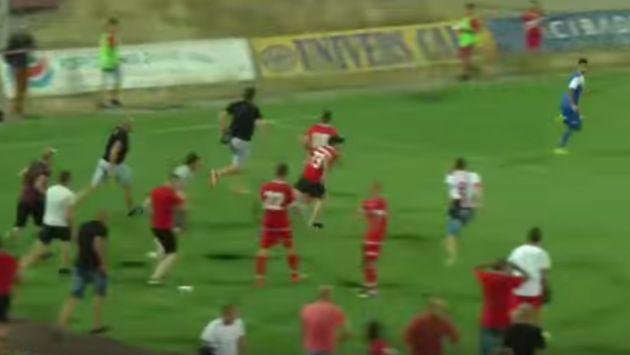 Los futbolistas del MS Ashdod *lograron escapar de los violentos aficionados* y se refugiaron en el túnel por donde entran los vehículos al estadio (YouTube).