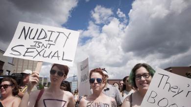 Canadá: Mujeres protestan en topless para defender derecho de andar sin sostén en público