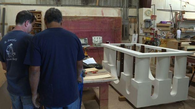 Carlos Hernández, el carpintero peruano que le construye un altar al papa Francisco