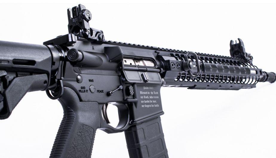 EEUU: Este es 'Crusader', el rifle que causa polémica por sus citas bíblicas y símbolos cristianos [Fotos y Video]