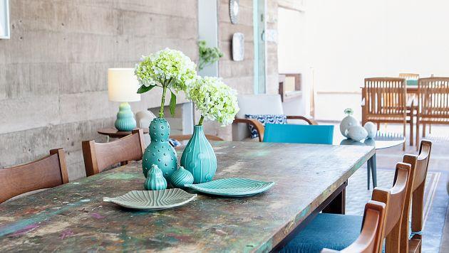 Aprende a decorar el centro de mesa de tu comedor con tus for Decorar una mesa de comedor de cristal