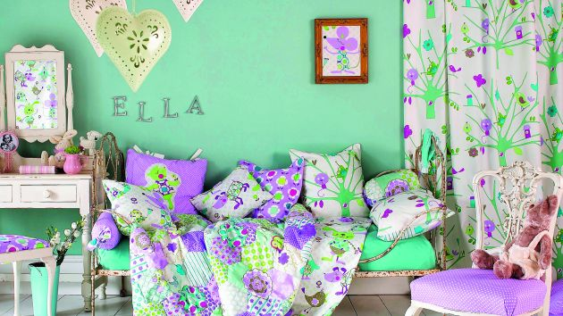 En un dormitorio de niña, puede mezclar el color menta con coral  o rosa.