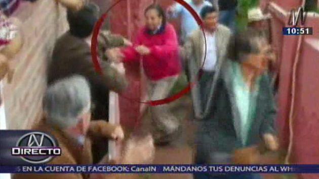 Alejandro Toledo se salvó de ser embestido por un toro. (Captura de TV)