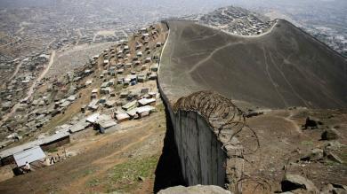 Este es el muro de concreto y púas que divide a ricos y pobres en Lima [Fotos]