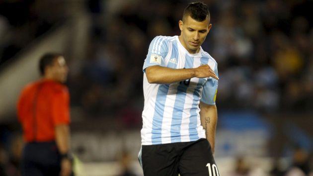 Sergio Agüero de malas. El 'Kun' Agüero estará fuera de las canchas un mes. (Reuters)