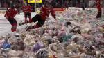 YouTube: Una 'lluvia' de osos de peluche invadió pista de hielo en Canadá [Video] - Noticias de teddy bear