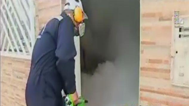 Fumigación de una vivienda dura cinco minutos. (Captura Latina)