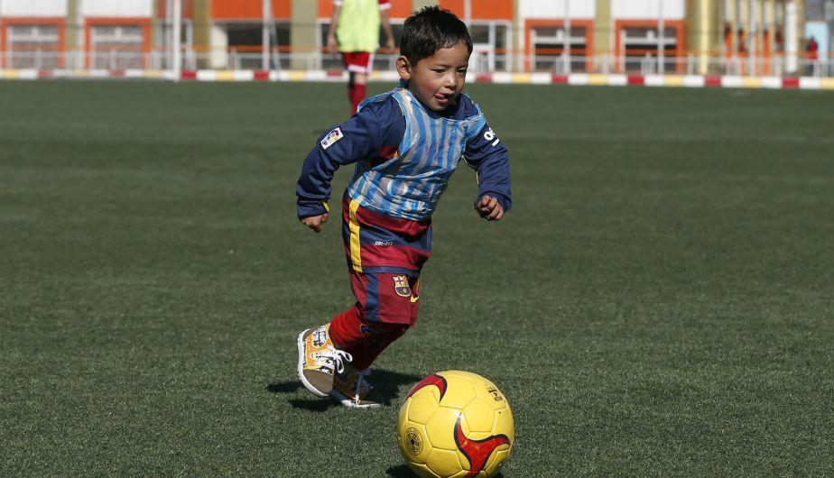 e68bf4c404 El niño de la camiseta de plástico de Messi ya tiene una oficial del  Barcelona