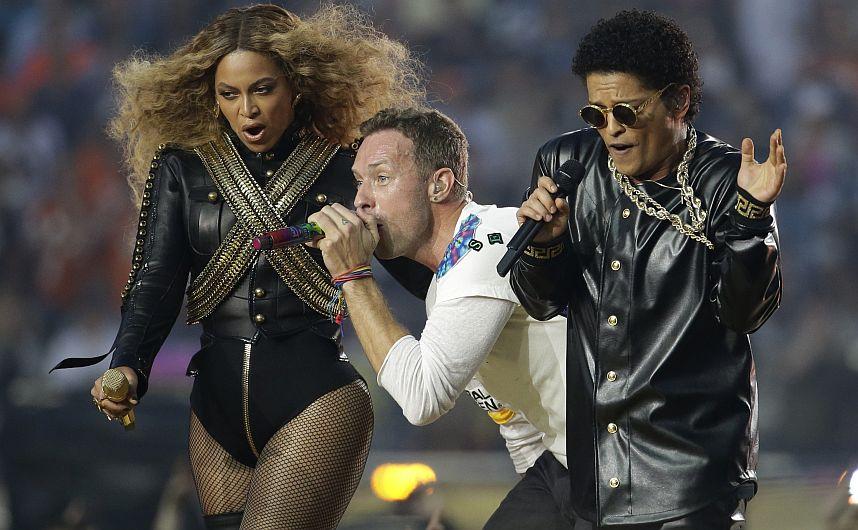 Super Bowl: Coldplay, Beyoncé y Bruno Mars cantaron abrazados en el medio tiempo del partido [Fotos]