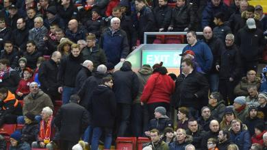 Liverpool: Unos 10 mil hinchas abandonaron estadio en pleno partido contra aumento del precio de entradas