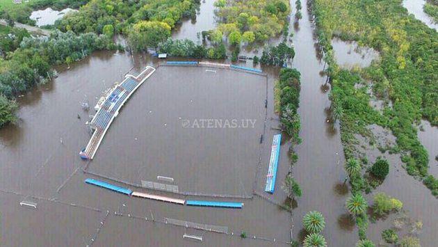 Nagy esőzések Uruguay végül elárasztja a labdarúgó-stadion.  (@clubatenasuy)