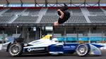 Mira el espectacular saltó de este hombre sobre un vehículo de Fórmula E a toda velocidad [Video] - Noticias de damien walters