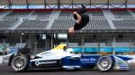 Mira el espectacular saltó de este hombre sobre un vehículo de Fórmula E a toda velocidad [Video] - Noticias de skyfall daniel craig