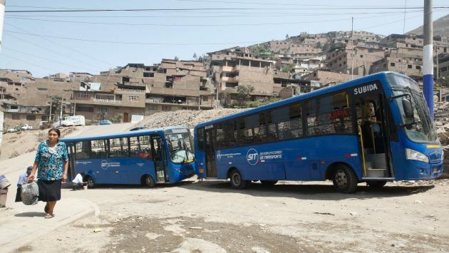 Choferes de buses azules se apoderan de las calles y forman larga fila hasta que les den la orden de salida. (Renzo Salazar)