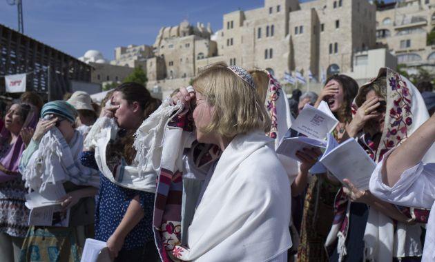 Evitaron que mujeres realicen una bendición en el Muro de los lamentos, en Israel. (Efe).