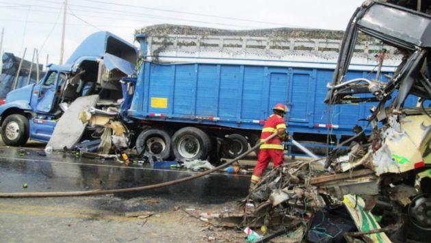 Dos muertos y 5 heridos dejó choque entre camión y camioneta en el Cusco. (Andina)