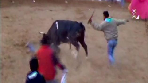 Toro fue golpeado por asistentes. (Latina)