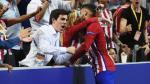 Yannick Carrasco marcó el empate y lo celebró con beso a novia. (EFE)
