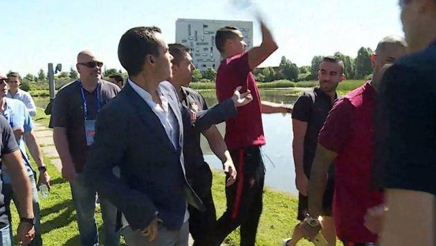 Cristiano Ronaldo perdió los papeles y arrojó micrófono de periodista al agua. (Captura)