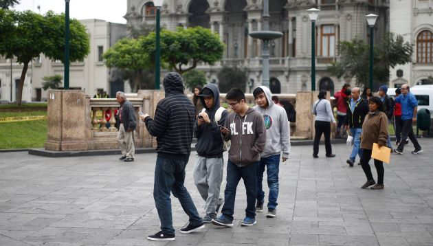 Cientos de jugadores recorren las calles en busca de pokémones. (Renzo Salazar)