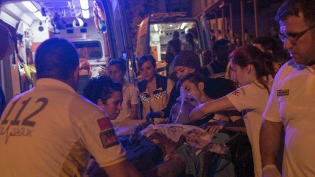 Primero auxilios llevan a hombre herido al hospital tras atentado en Turquía. (AFP)