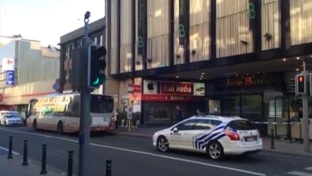 Mujer atacó con un cuchillo a 3 personas en Bruselas. (Captura de video)