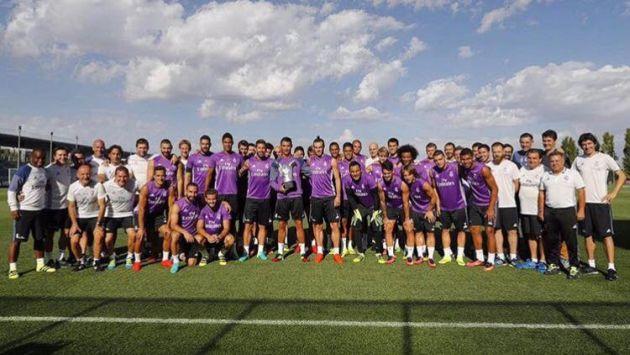 UNIDOS. Cristiano Ronaldo compartió su premio con sus compañeros. (Facebook Cristiano Ronaldo)