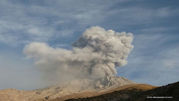Una de las explosiones formó columna eruptiva de 2,000 metros sobre la base del cráter. (Observatorio Vulcanológico del Sur)