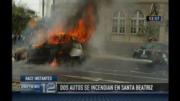 Auto se incendió tras cortocircuito en plena avenida Arequipa, en Lince. (Captura de video)