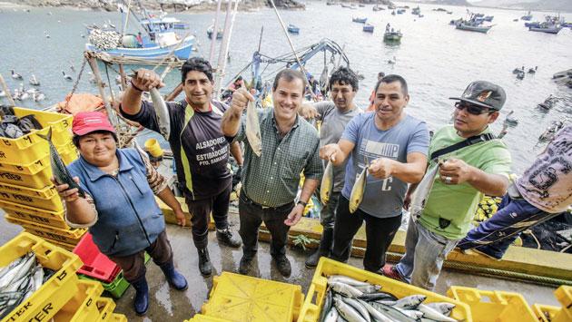 El ministro Bruno Giuffra presentó beneficios de su cartera a pescadores artesanales de Chimbote. (Andina)