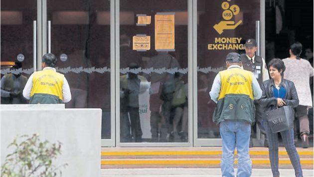 A escondidas. Entraban a tiendas, bancos o centros comerciales al notar presencia de fiscalizadores. (Renzo Salazar)