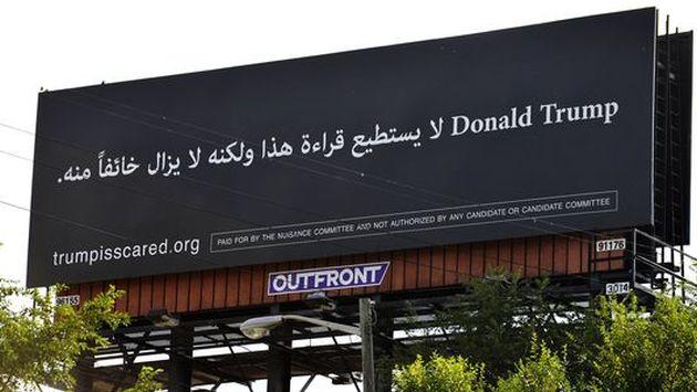 Se burlan de Donald Trump y su política antiinmigrante con panel publicitario escrito en árabe. (Twitter)