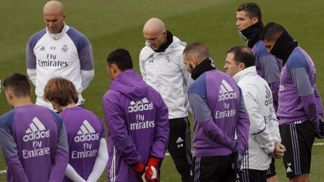 Real Madrid guardan un minuto de silencio en recuerdo por las víctimas del accidente de avión. (EFE)