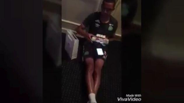 Jugador fue sorprendido por sus compañeros.