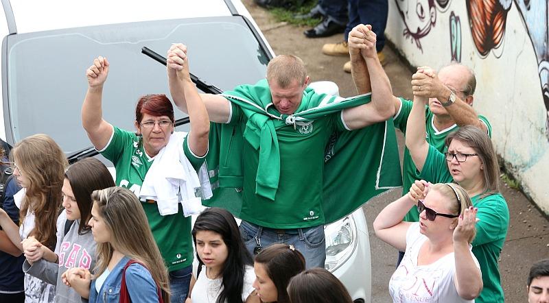 Llanto y rezos en la pequeña ciudad agrícola de Chapecó por tragedia aérea que se llevó a su equipo de fútbol. (Reuters)