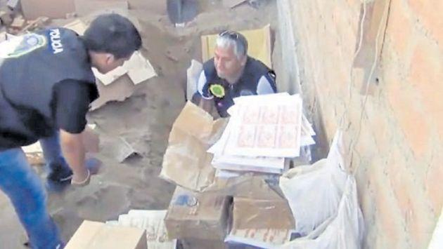 Camuflado. El dinero falso estaba en cajas dentro de dos fosas en una casa en Puente Piedra. (USI)